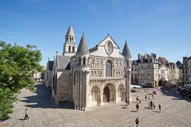 De l'église Notre-Dame-la-Grande à la cathédrale Saint-Pierre