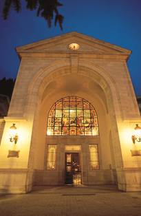 Façade Thermes by night