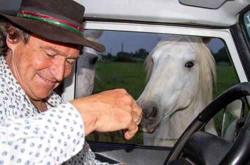 Phil et son cheval Raspoutine qui vient nous rendre visite avant de reapartir... ©