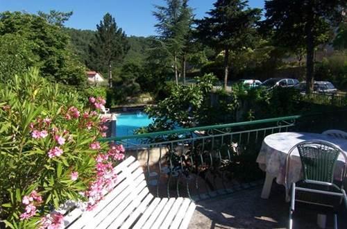 Auberge l'Eglantine Terrasse vue sur la piscine ©