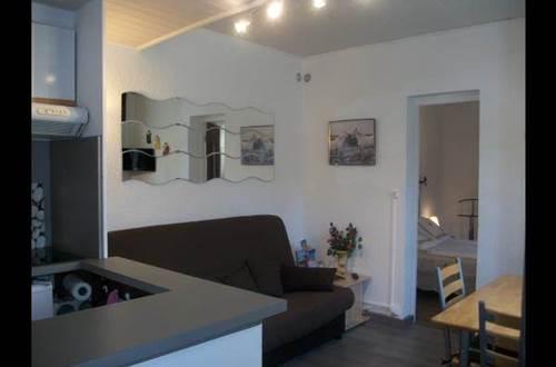 séjour/salon avec convertible clic-clac 2 couchages, télé, coin repas, climatisation. ©
