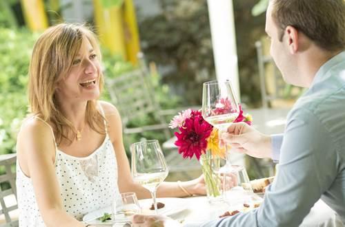 Couple au restaurant © Destination Pays d-Uzès Pont du Gard_Stephane COUCHET